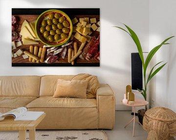 plat de tapas avec olives, fromage et jambon espagnol sur Kim Willems