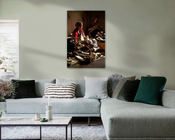 Tibetaanse vrouw aan een spinnewiel van Henk Meijer Photography