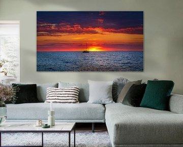 Sonnenuntergang mit Segelboot von Hilda Weges