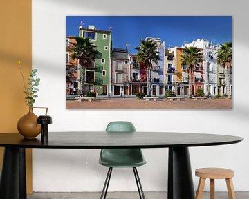 Kleurrijke huizen aan de boulevard van het pittoreske Villajoyosa van Gert Bunt