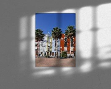 Kleurrijke huizen met palmbomen  aan de boulevard van Villajoyosa van Gert Bunt