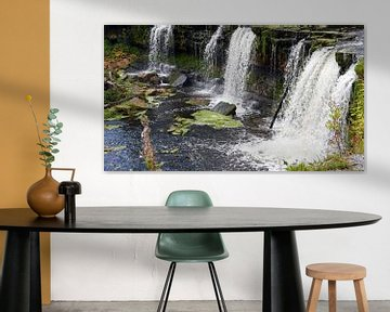 Wasserfall stürzt von den Felsen von Gert Bunt
