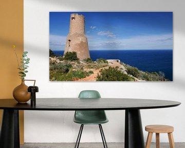 De antieke vuurtoren Torre del Gerro aan de kust bij Denia van Gert Bunt