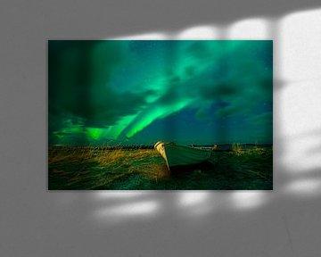 Noorderlicht boven een roeiboot van Tilo Grellmann | Photography