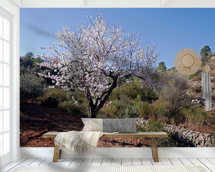 Sfeerimpressie behang: Bloeiende amandelboom in het vrije veld, ergens in de Spaanse binnenlanden van Gert Bunt