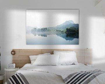 Mistige bergen met op de voorgrond een meer von André van Bel
