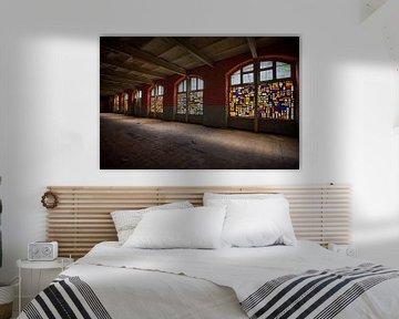 Urbex: Buntglasfenster in einer stillgelegten Kristallfabrik von Carola Schellekens
