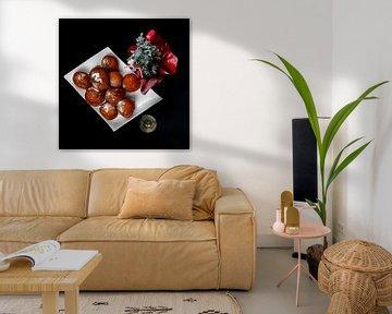 flat lay van oliebollen met champagne gedecoreerd met een kerstboompje van Kim Willems