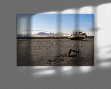 Schip op het lege strand van Michel Knikker