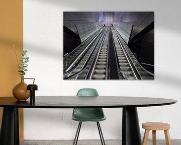 Rolltreppe an einer Station der Linie 52 - der Nord-Süd-Linie - der Amsterdamer Metro. von Gert Bunt