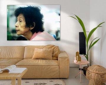 En profil van oude vrouw in Chinatown Medan van André van Bel