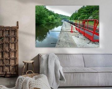 Sluis met sluisdeur in de rivier de Yonne in de Bourgogne, Frankrijk van Gert Bunt