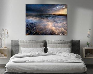 Ruige zee tijdens zonsondergang van Ellen van den Doel