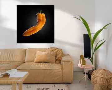 Food-Oranje puntpaprika op zwarte achtergrond van Everards Photography