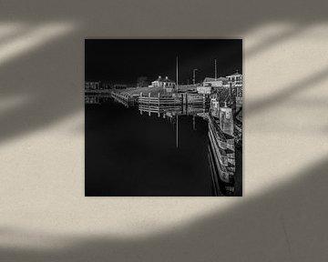 L'entrée du port de la ville frisonne de Workum en noir et blanc sur Harrie Muis