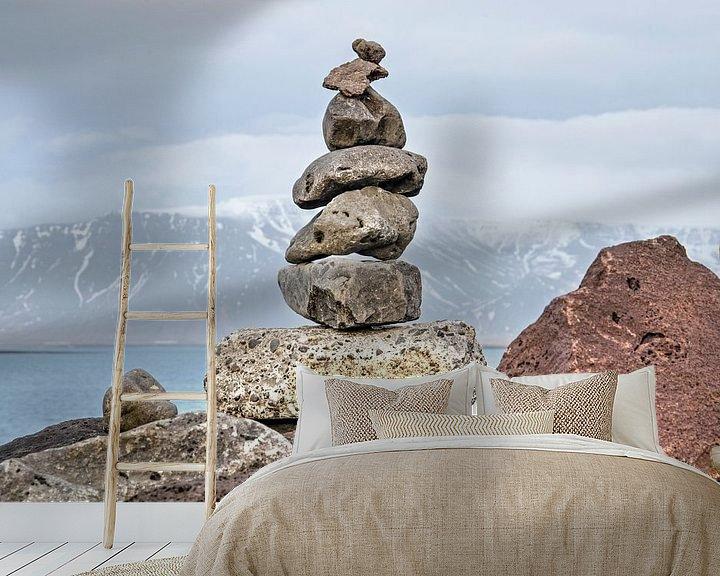Sfeerimpressie behang: Zevensteens cairn in Reykjavik van Frans Blok