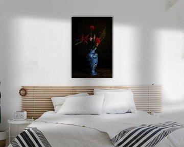Blumenstrauß aus roten Blumen in Delfter Blau Vase