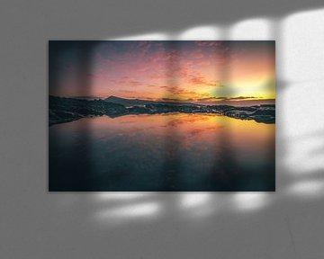 Fuerteventura, zonsopgang op een stenen strand met reflectie in een plasje van Fotos by Jan Wehnert