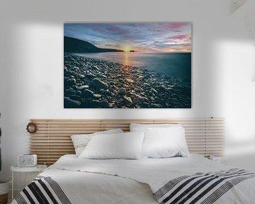 Fuerteventura, zonsopgang op een stenen strand met uitzicht op zee van Fotos by Jan Wehnert