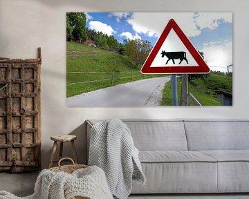 Signe d'avertissement avec Attention ! Traverser les vaches sur une route de campagne en Slovénie