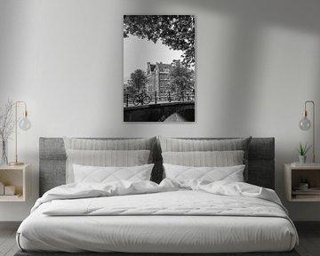 Amsterdamer Grachten in Schwarz-Weiß    Vintage-Reisefotografie von Stadtansichten in Europa von Manon Galama