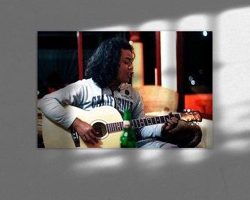 Indonesische jongen speelt gitaar I von André van Bel