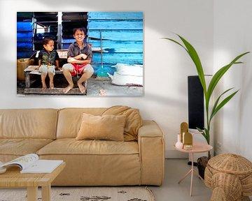 Indonesische kinderen met op de achtergrond een blauw huis von André van Bel
