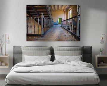 Urbex: Korridor in einer verlassenen Kaserne. von Carola Schellekens