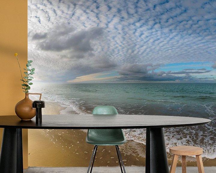 Sfeerimpressie behang: Lichtspel van wolken en zeenevels van Jan Huneman