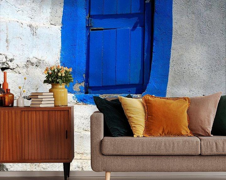 Sfeerimpressie behang: Blauwe deur van Syl de Mooy