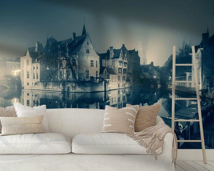 Beispiel fototapete: Der Rozenhoedkaai bei Nacht: Der berühmteste Platz von Brügge (Monochrom) von Daan Duvillier