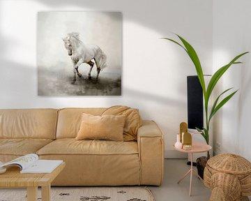 Weißes Pferd in abstrakter Aquarell-Landschaftsmalerei von Diana van Tankeren