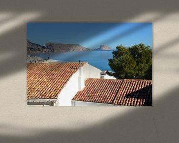 Vue d'Altea sur la mer Méditerranée avec les toits traditionnels espagnols au premier plan