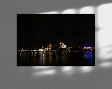 De Rijnoever van Keulen 's nachts van Tom Voelz