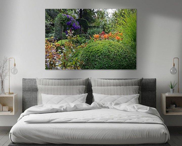 Sfeerimpressie: Weelderige tuin met een scala aan groene en bloeiende planten van Gert Bunt
