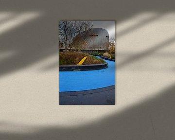 Het karakteristieke gebouw van het Merkur Casino in Almere gezien vanaf het Schipperplein van Gert Bunt