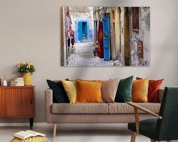 Smalle kleurrijke straat in de medina van Essaouira