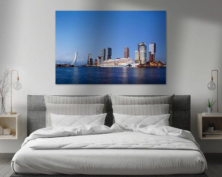 Sfeerimpressie: Kop van Zuid in Rotterdam met cruise schip tijdens schemering van Peter de Kievith Fotografie