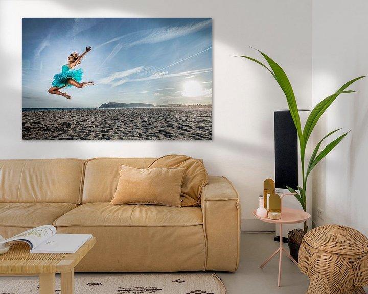 Sfeerimpressie: SA 11399069 Een jonge danseres in tutu op het strand van BeeldigBeeld Food & Lifestyle