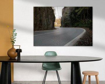 Roadtrip über kurvenreiche Straße zwischen Felsen. von FHoo