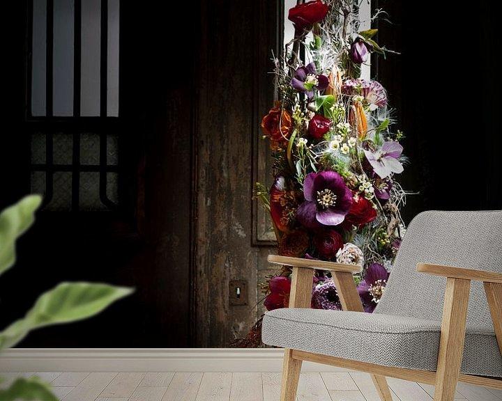 Sfeerimpressie behang: Bloem decoratie op sokkel. van Marion Lemmen