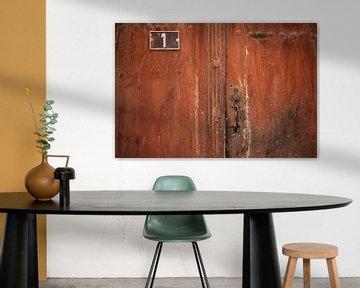 Bruine deur in de Provence van Everards Photography