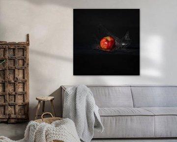 Apple with cellophane van Tamar Aerts