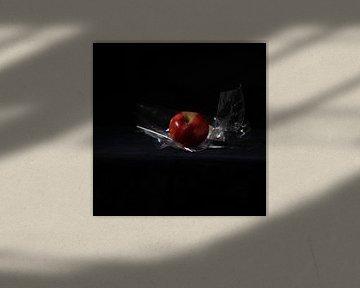 Apple with cellophane II van Tamar Aerts