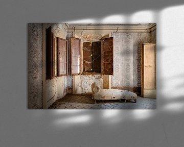 Een antieke slaapkamer met sofa van Perry Wiertz