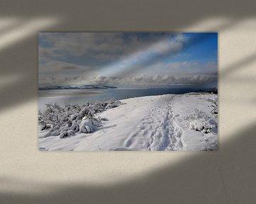 diepe besneeuwde Schafberg met uitzicht op Groß Zicker, Middelhagen op het eiland Rügen van GH Foto & Artdesign