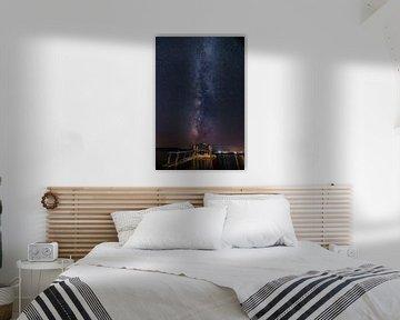 Melkweg over de zee met een pier op de voorgrond - Grichenland van Fotos by Jan Wehnert