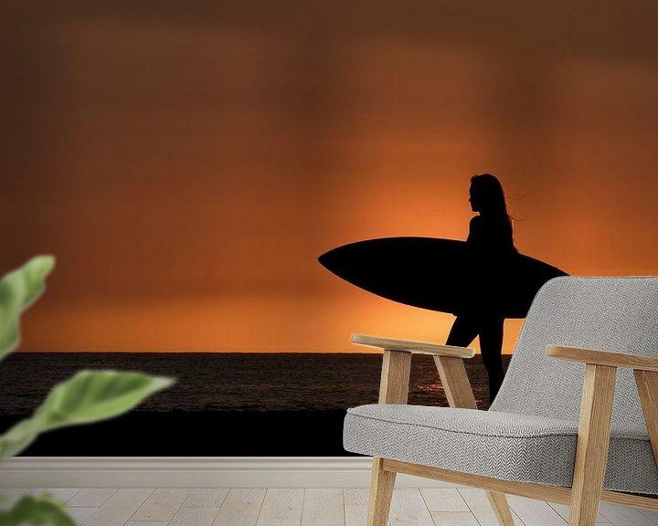 Sfeerimpressie behang: Surfing girl in Hawaii van Jim De Sitter