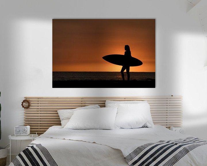 Sfeerimpressie: Surfing girl in Hawaii van Jim De Sitter