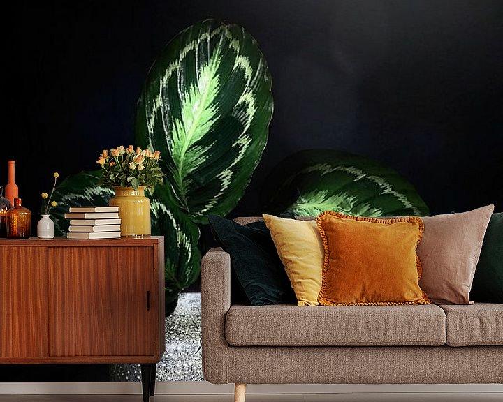 Sfeerimpressie behang: De natuur als kunstenaar. Stilleven met bladeren en limoenen van Saskia Dingemans